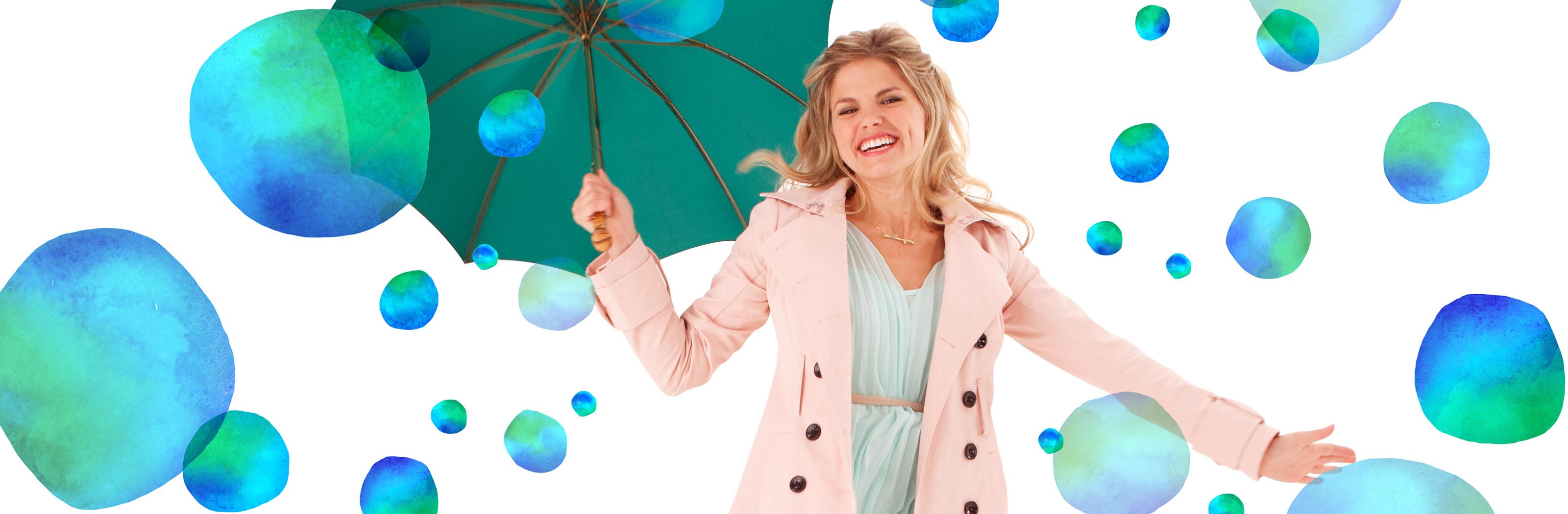 Laiminga moteris su skėčiu